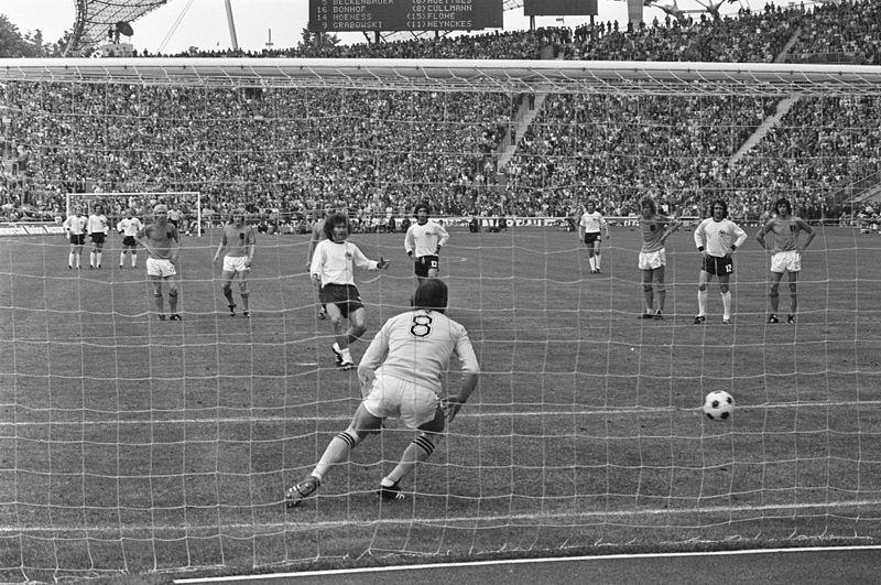 Breitner penaltıyı gole çeviriyor.